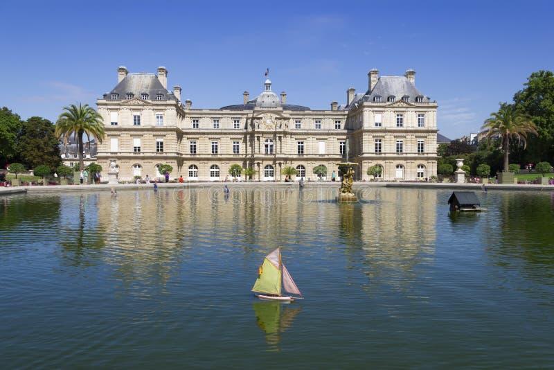 Piccola barca a vela di legno tradizionale in stagno del parco Jardin du Lussemburgo fotografia stock libera da diritti