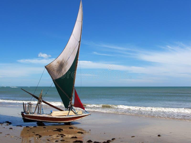 Piccola barca a vela sulla spiaggia, Brasile di Jangada fotografia stock