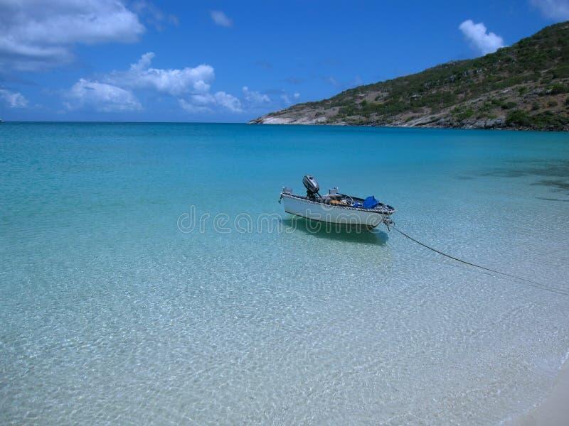 Piccola barca vicino ad una spiaggia dell'acqua di mare di vedere attraverso immagini stock