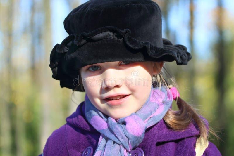 Piccola bella ragazza in black hat immagine stock
