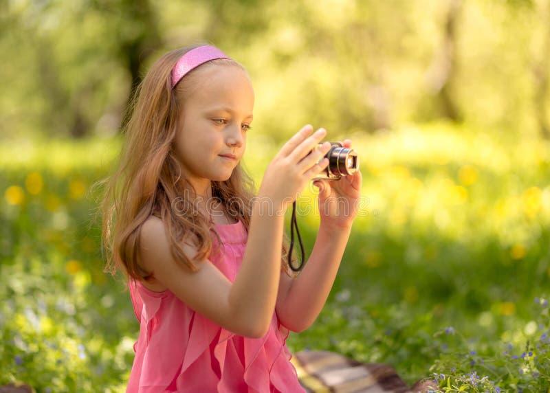 Piccola bella ragazza felice con la macchina fotografica immagini stock libere da diritti