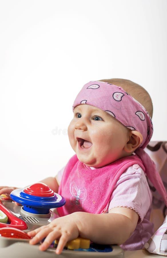 Piccola bella ragazza sveglia che sorride felicemente giocando con immagine stock