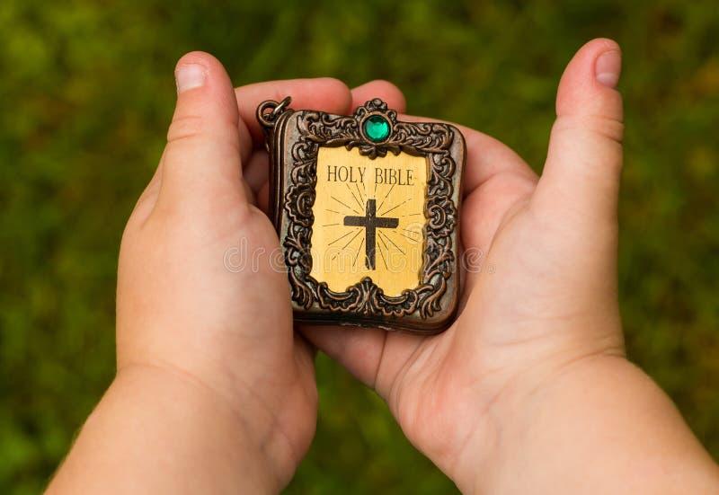 Piccola bibbia santa fotografie stock libere da diritti