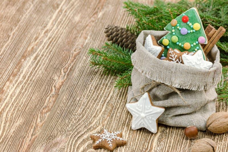 Piccola borsa del regalo di Natale con i biscotti casalinghi del pan di zenzero e la n fotografie stock