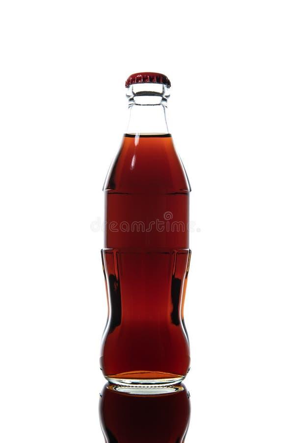 Piccola bottiglia di glas di soda isolata su un fondo bianco fotografie stock
