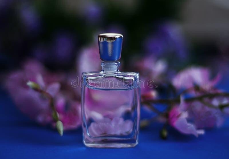 Piccola bottiglia di profumo fotografia stock