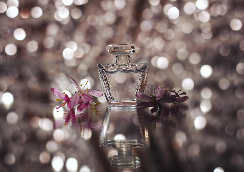 Piccola bottiglia di profumo fotografia stock libera da diritti