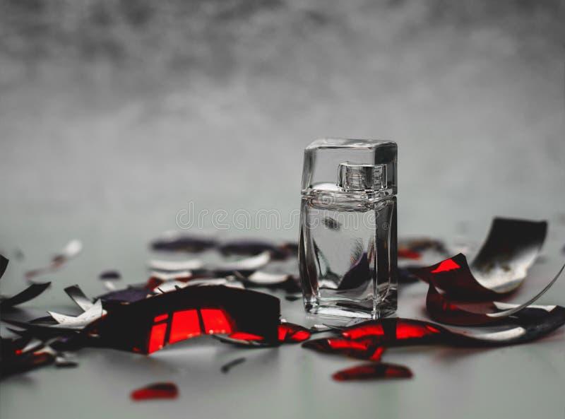 Piccola bottiglia di profumo immagine stock