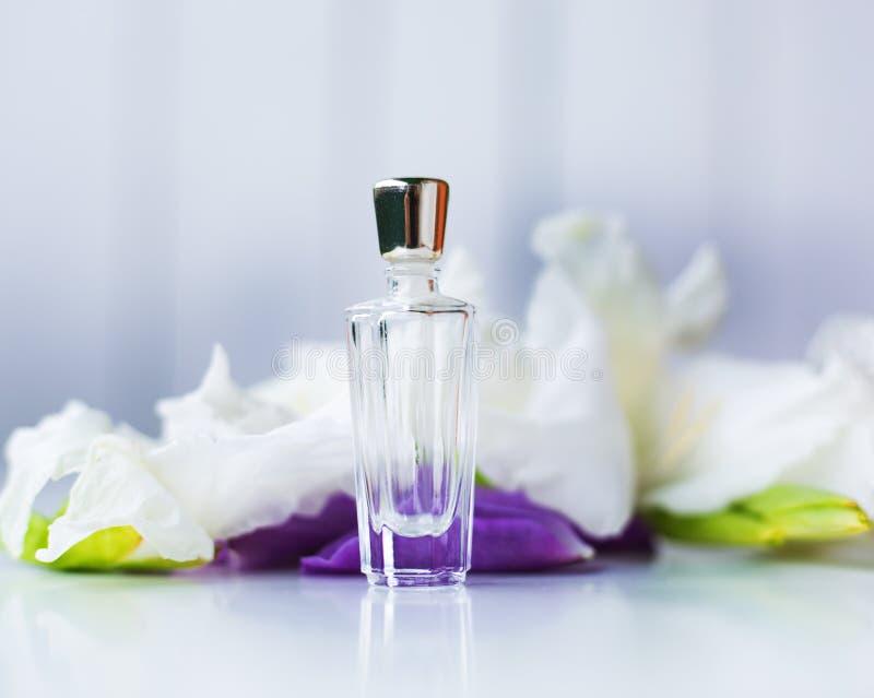 Piccola bottiglia di profumo con i fiori immagine stock libera da diritti