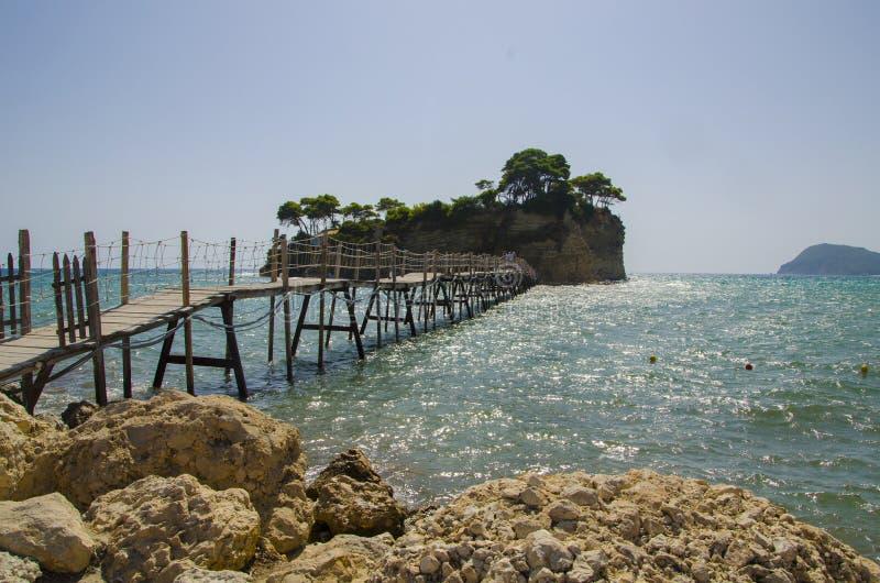 Piccola Cameo Island ed il ponte di legno ad Agios Sostis fotografia stock libera da diritti