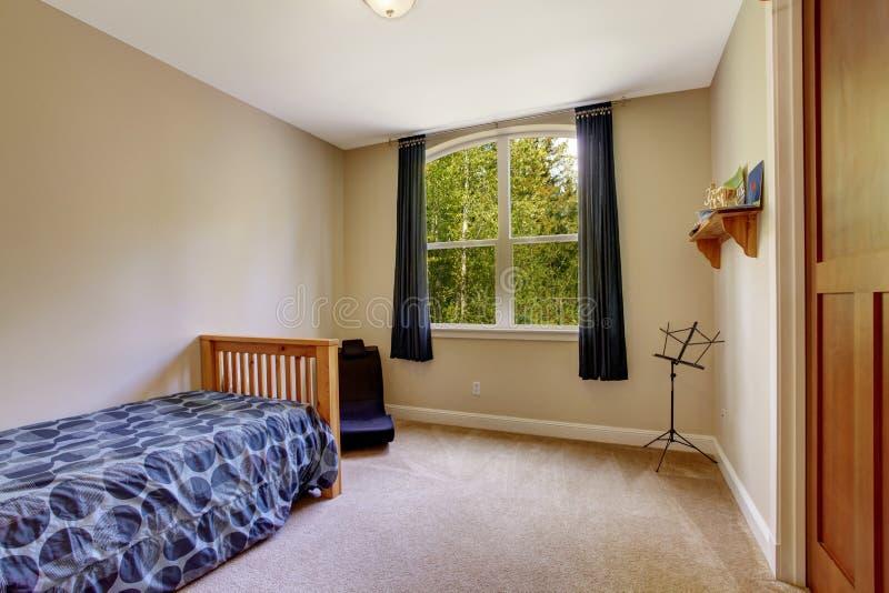 Piccola camera da letto con letto singolo immagine stock - Camera letto singolo ...