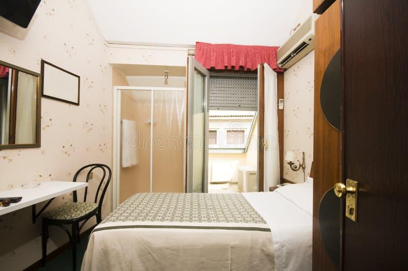Piccola camera di albergo interna Milano Italia fotografia stock libera da diritti