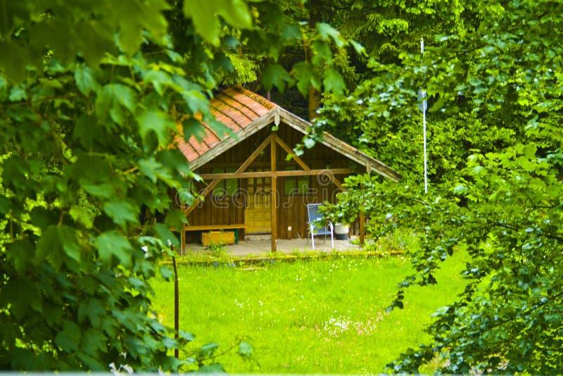 Piccola capanna di legno idilliaca nel legno della Baviera, Germania immagine stock libera da diritti