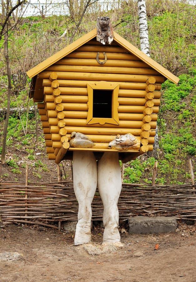 Piccola capanna di legno sulle coscie di pollo immagini stock