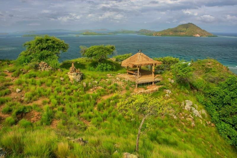 Piccola capanna su una collina all'isola di Kanawa nel mare del Flores, Nusa Tenggar fotografia stock libera da diritti