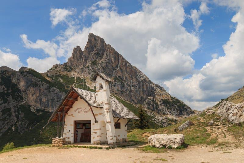 Piccola cappella al passaggio di Falzarego, Italia immagini stock libere da diritti
