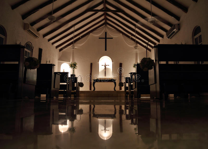 Piccola cappella alla notte fotografie stock libere da diritti