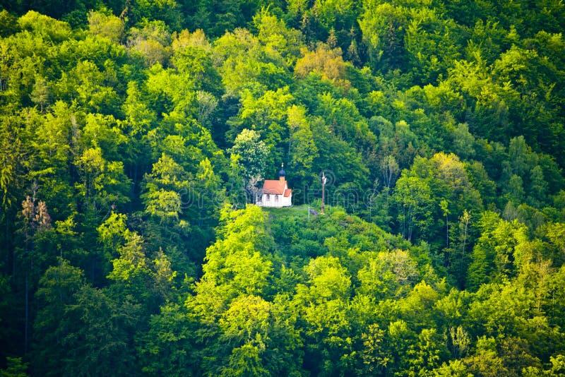 Piccola cappella della montagna nel legno della Baviera immagine stock libera da diritti