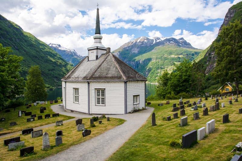 Piccola cappella e un cimitero Geiranger - la Norvegia fotografia stock libera da diritti