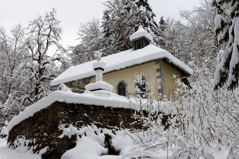 Piccola cappella nella neve immagini stock libere da diritti