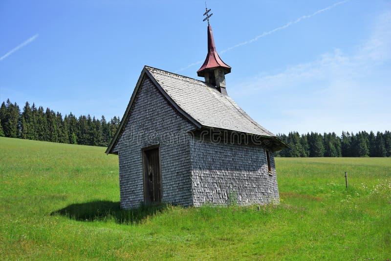 Piccola cappella nelle alpi austriache fotografia stock