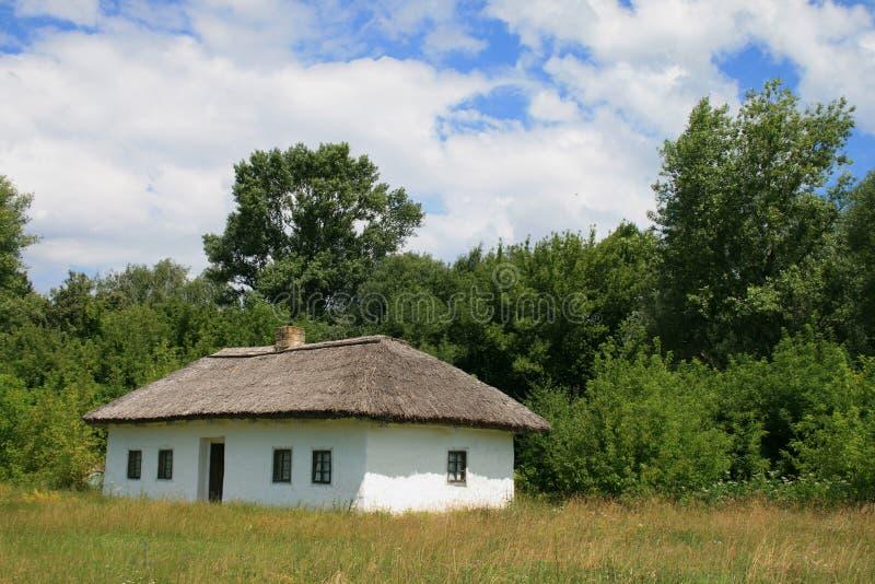 Piccola casa con un tetto della paglia fotografia stock libera da diritti