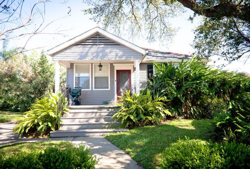 Piccola casa del cottage con il giardino fotografia stock for Piccola casa di merluzzo del capo