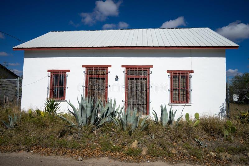 Piccola casa del sud abbandonata nel Texas fotografie stock