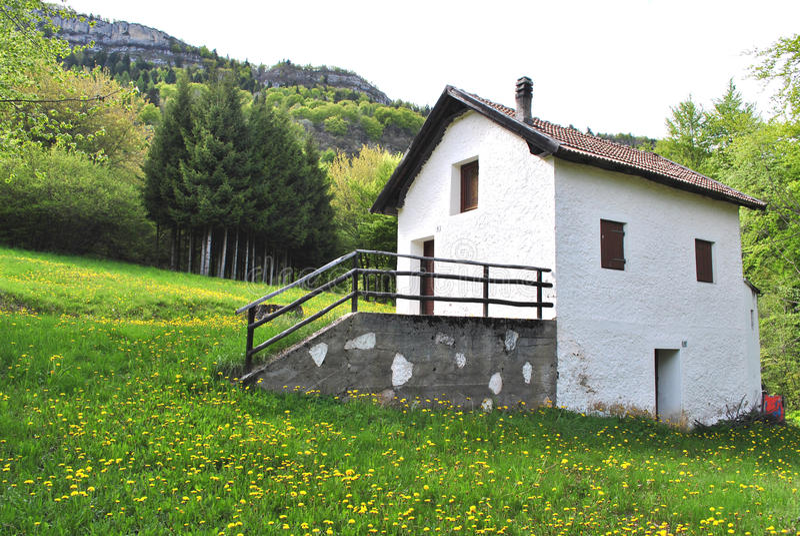 Piccola casa della montagna fotografia stock