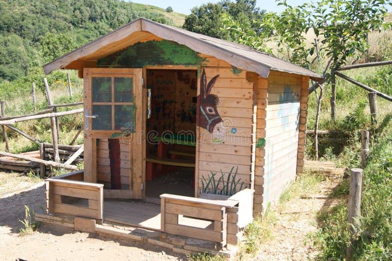 Piccola casa di legno degli asini immagine stock