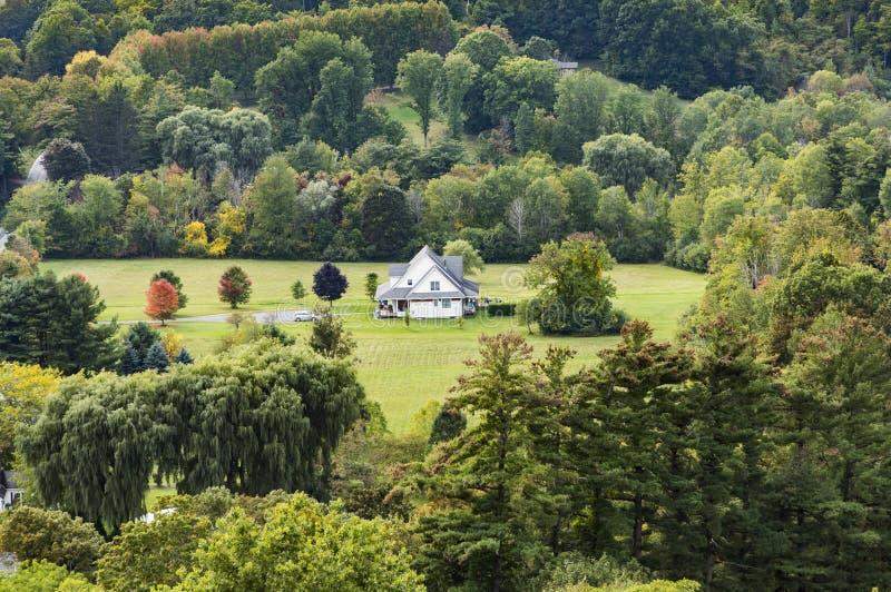 Piccola casa di legno tipica dell'azienda agricola nello stile vittoriano a Bennington fotografia stock