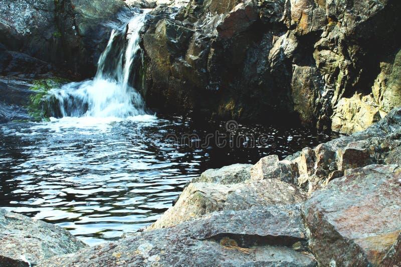 Piccola cascata in Carelia in foresta con le rocce immagini stock libere da diritti