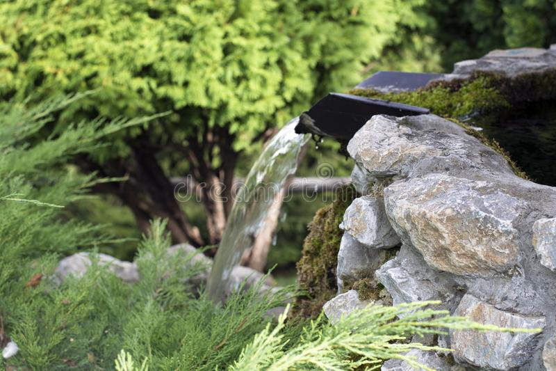 Piccola cascata di pietra con muschio fotografie stock