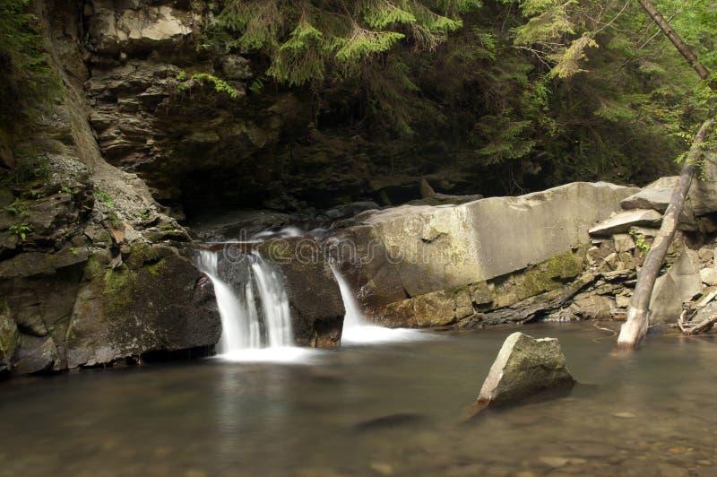 Piccola cascata Divochi Sliozy in Yaremche, Ucraina immagini stock