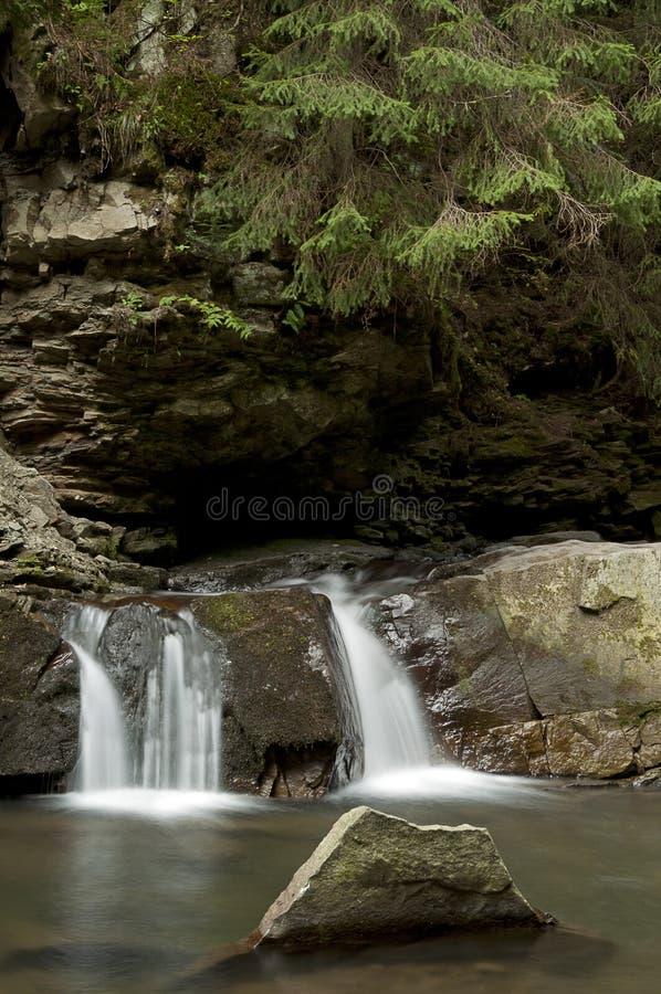 Piccola cascata Divochi Sliozy in Yaremche, Ucraina fotografie stock libere da diritti