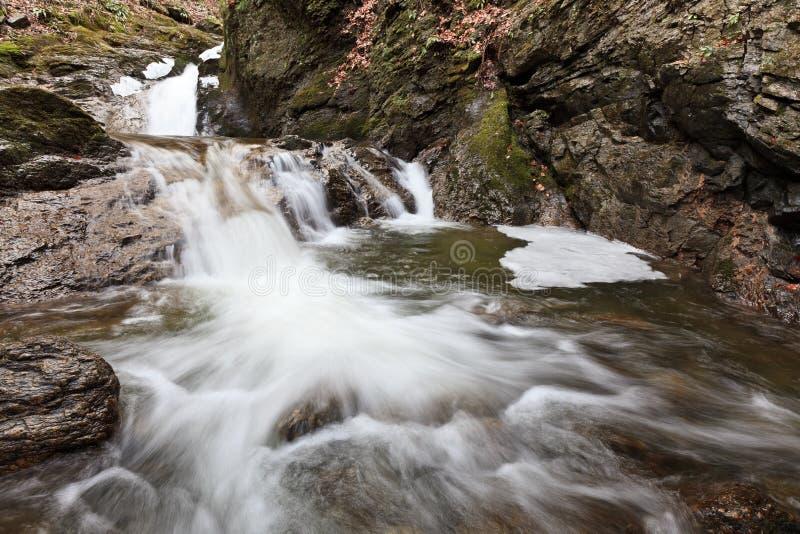 Piccola cascata in inverno immagine stock