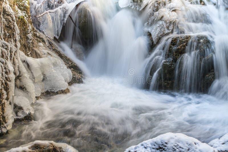 Piccola cascata nell'inverno fotografia stock libera da diritti