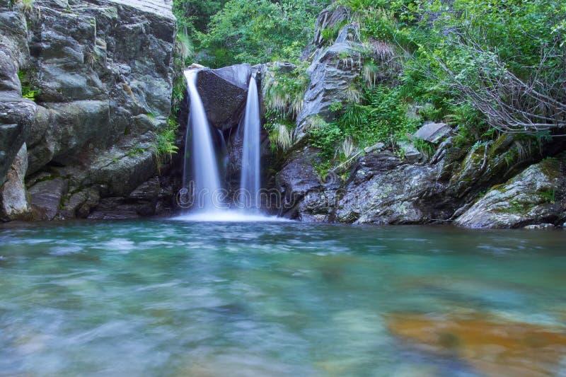 Piccola cascata nelle alpi fotografie stock libere da diritti