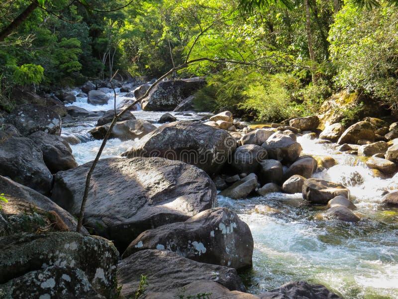 Piccola cascata in una corrente con le rocce fotografia stock libera da diritti