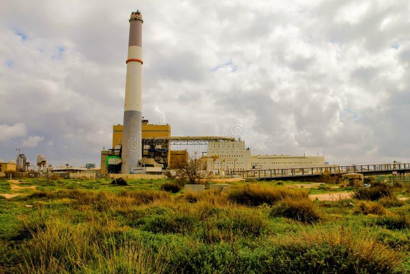 Piccola centrale elettrica facendo uso di gas sul fondo del cielo nuvoloso fotografia stock