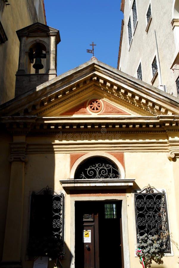 Piccola chiesa con una singola campana in Oderzo nella provincia di Treviso nel Veneto (Italia) immagini stock libere da diritti