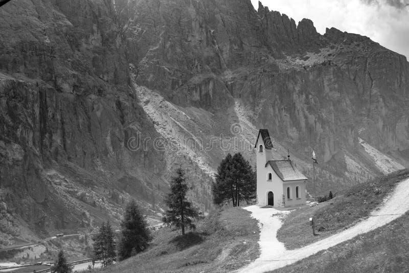 Piccola chiesa della montagna con il campanile fotografie stock