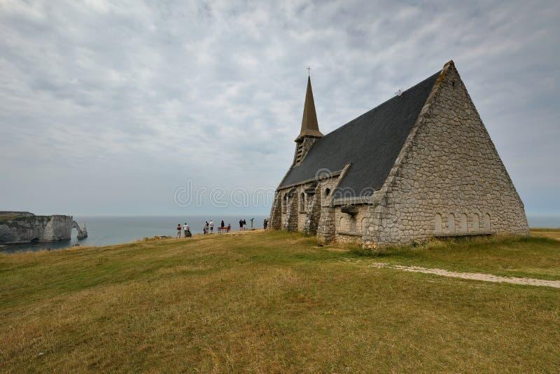 Piccola chiesa di Etretat sulle scogliere della costa dell'alabastro in Normandia immagine stock