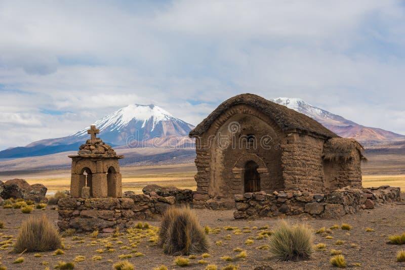 Piccola chiesa in montagne immagini stock