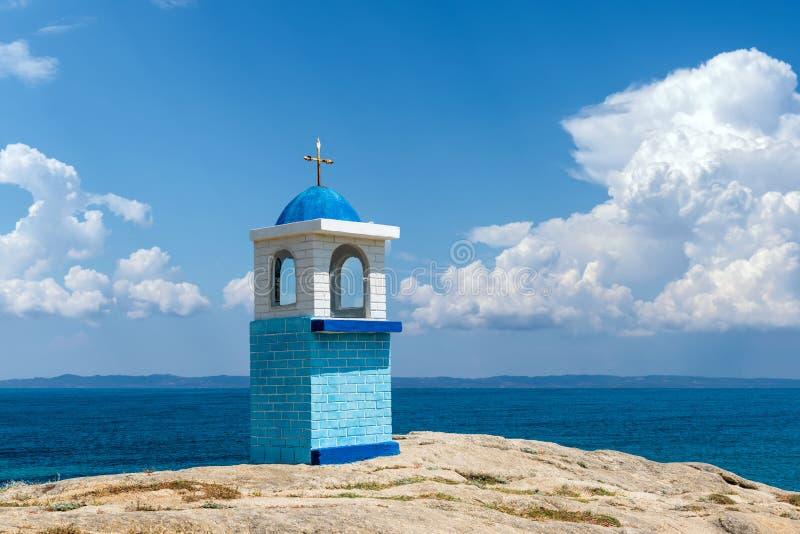 Piccola chiesa o cappella greca tradizionale sul backround del mare immagine stock libera da diritti