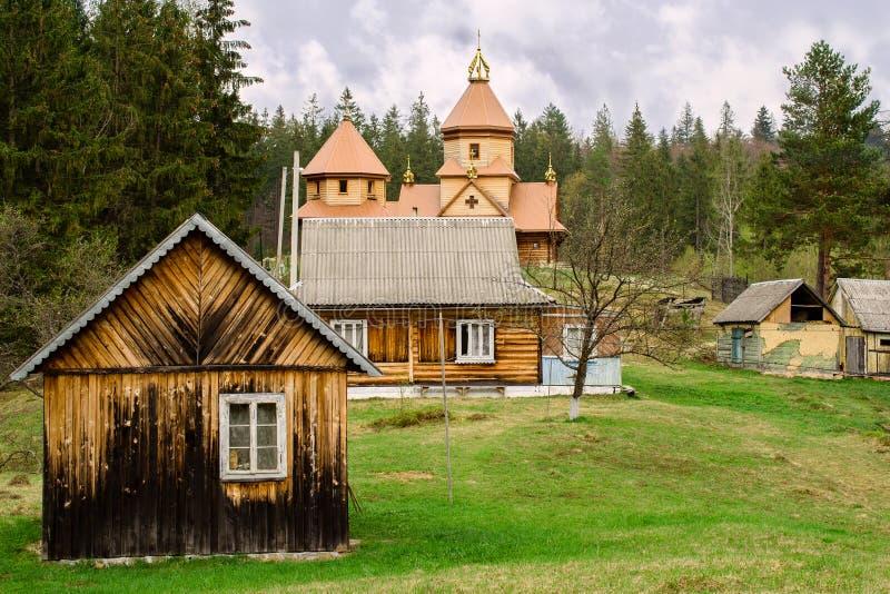 Piccola chiesa ortodossa di legno in un paesino di montagna nel Carpat immagine stock libera da diritti