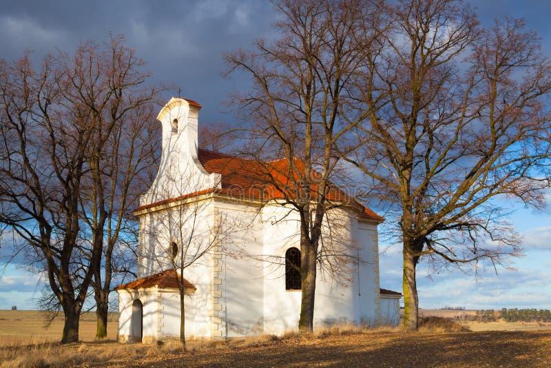 Piccola chiesa riparata su una collina in Neprobylice fotografia stock libera da diritti