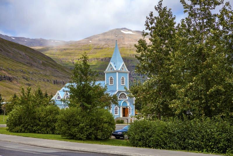 Piccola chiesa in Seydisfjordur Islanda fotografia stock libera da diritti