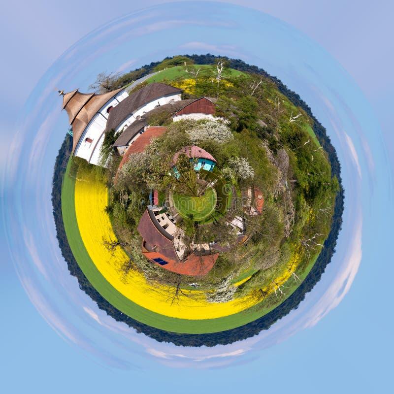 Piccola chiesa in villaggio immagini stock