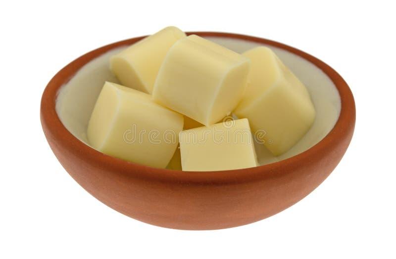 Piccola ciotola di pezzi del formaggio di corda della mozzarella su un fondo bianco immagini stock